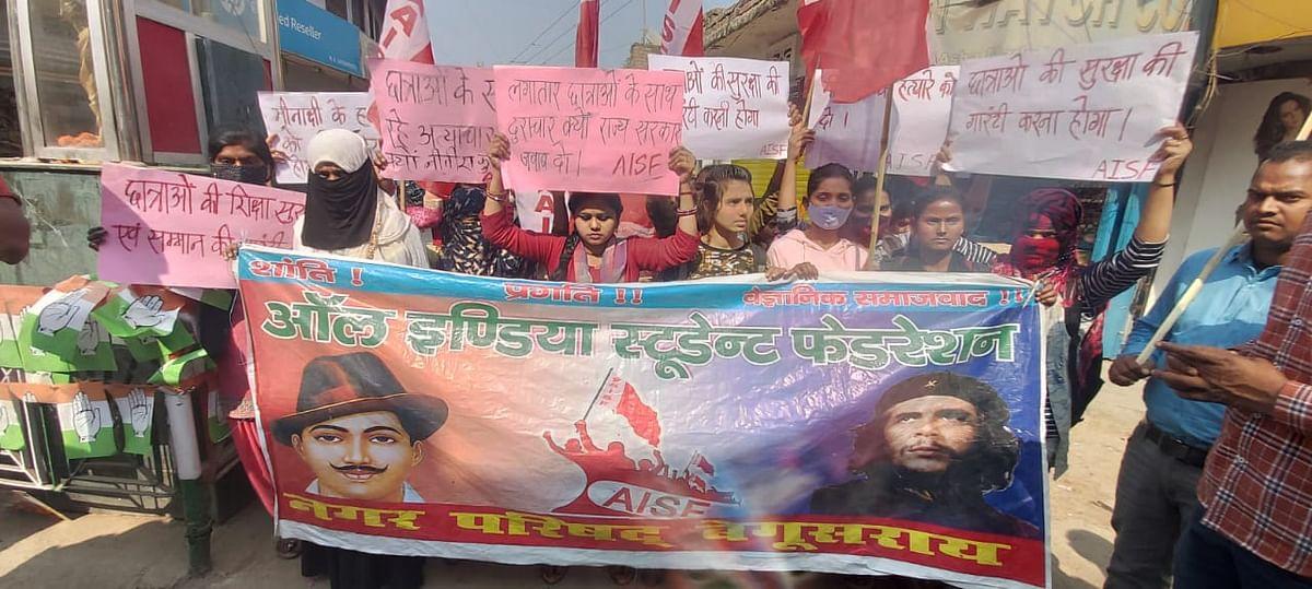 मीनाक्षी को न्याय दिलाने के लिए छात्राओं ने निकाला आक्रोश मार्च