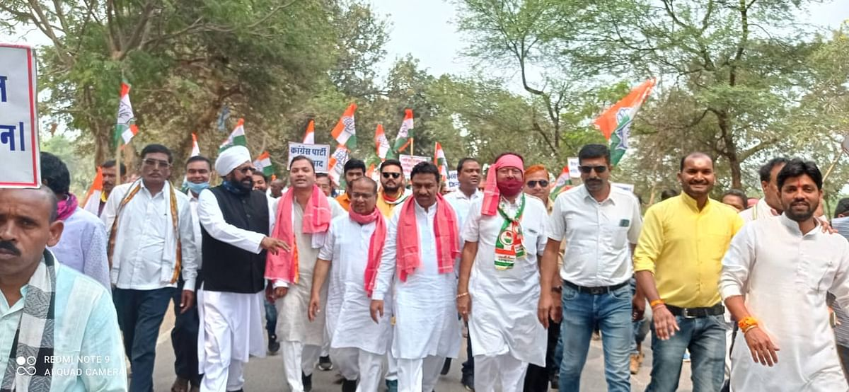 dhamtari-congress-took-out-a-padyatra-in-protest-against-agricultural-legislation