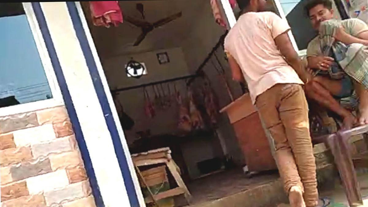 नियमों को ताक पर रखकर राजधानी के आवासीय इलाके में बेचा जा रहा मांस