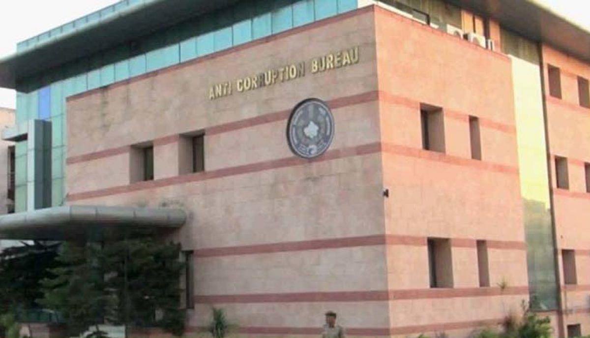 सहायक पुलिस उपनिरीक्षक और दलाल एक लाख रुपये की रिश्वत लेते गिरफ्तार