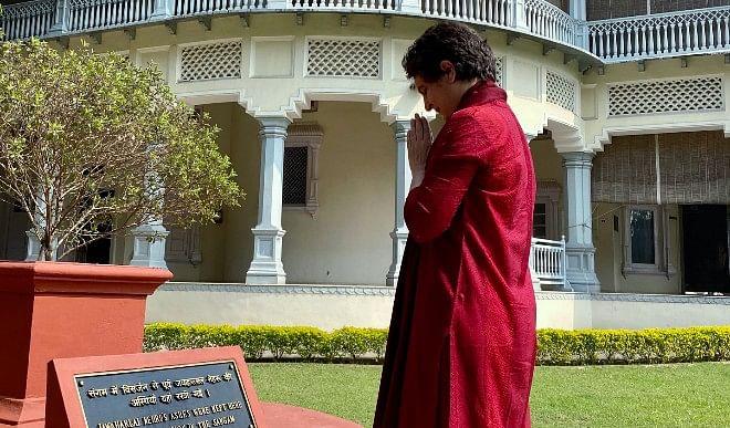 प्रयागराज में प्रियंका गांधी ने मौनी अमावस्या के मौके पर संगम में लगाई डुबकी
