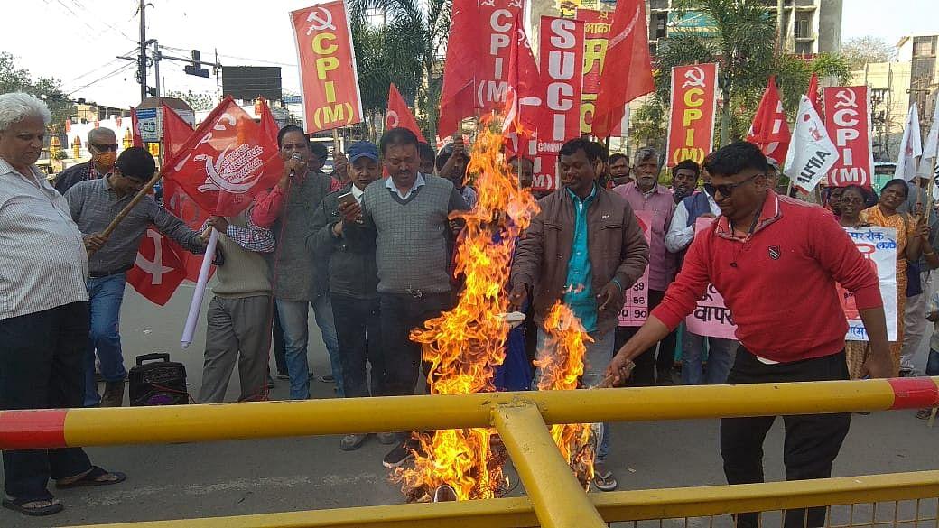 leftists-burn-effigy-of-central-government-against-inflation