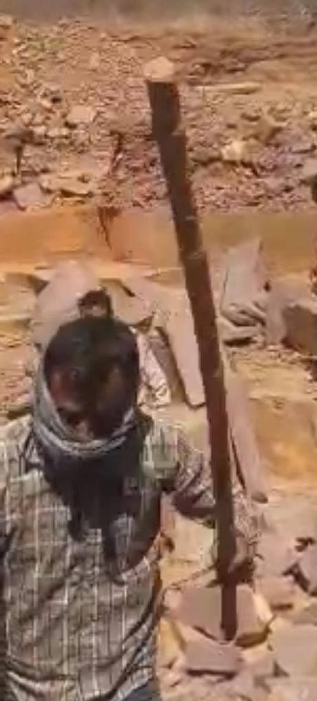 बेखौफ हुए खनन माफिया वन कर्मी से मारपीट कर छुड़ाई  ट्राली