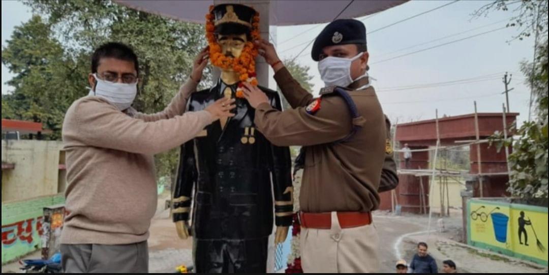 डीएम-एसपी ने शहीद कौशलेंद्र के स्मारक पर पहुंच दी श्रंद्धाजलि