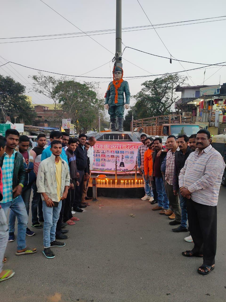 पुलवामा के शहीदों को भाजयुमो ने दी श्रद्धांजलि, कैंडल मार्च निकाला