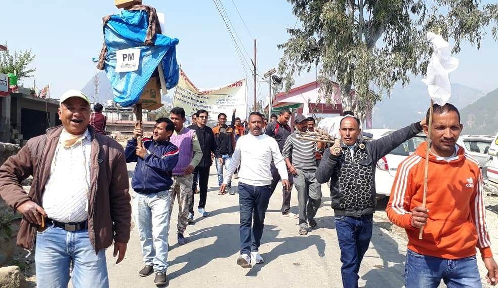 रेलवे संघर्ष समिति ने अधिकारी की शव यात्रा निकाली