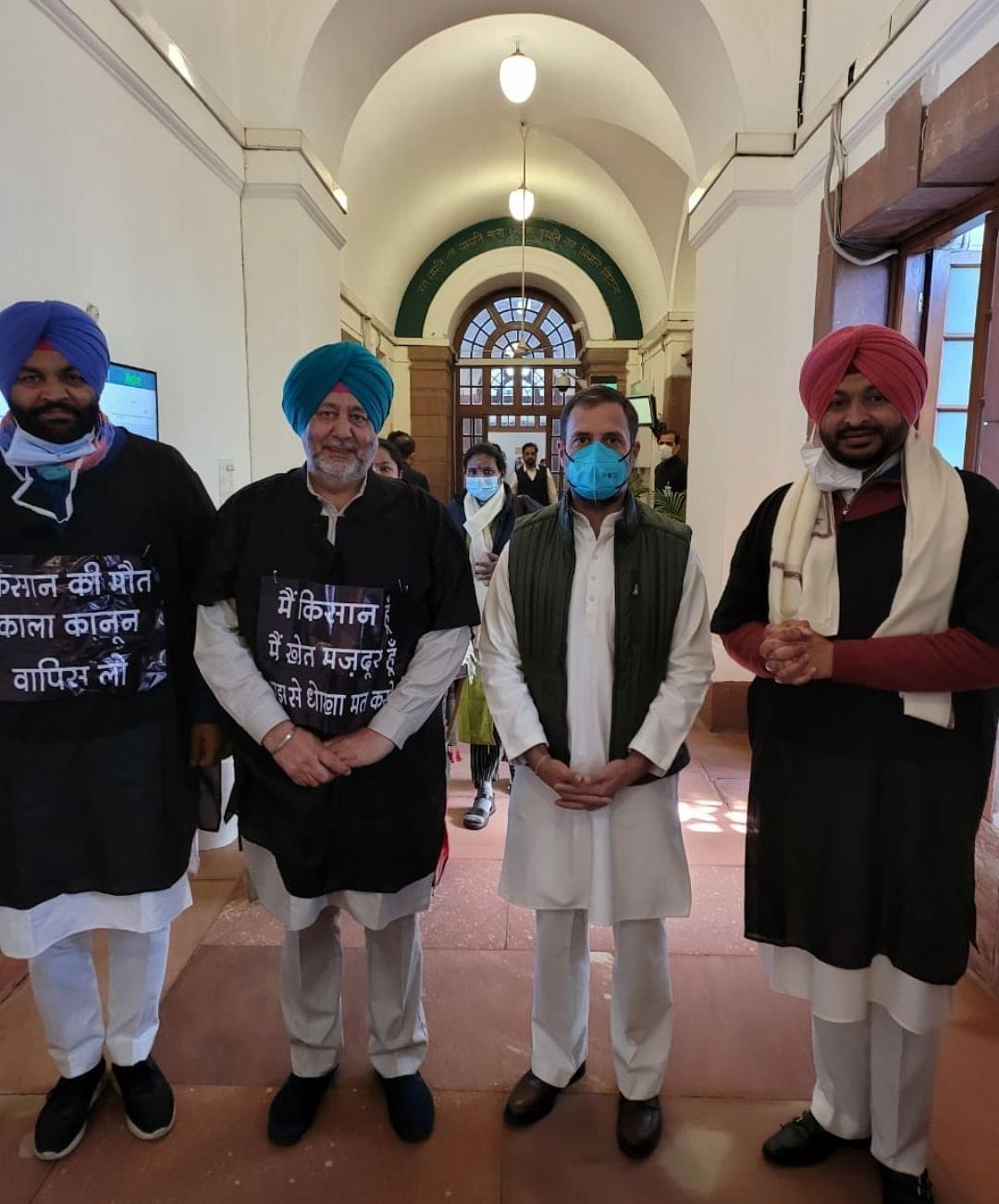 कांग्रेस सांसदों ने बजट भाषण के दौरान पहना काला गाउन, कृषि कानूनों का जताया विरोध