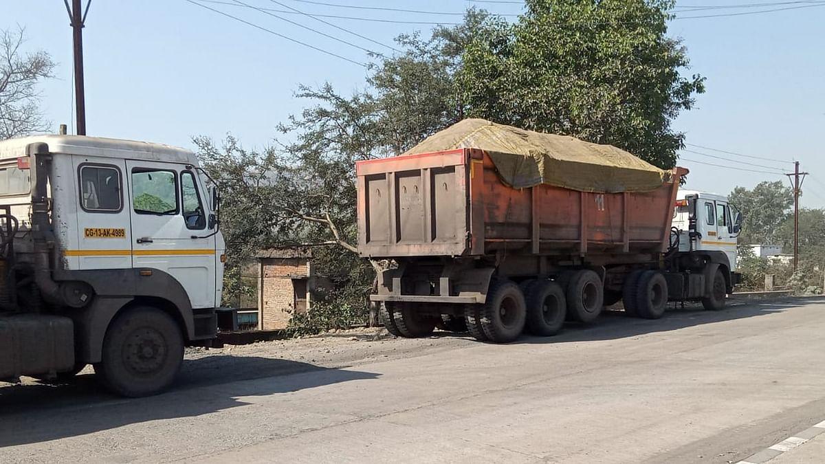 रायगढ़ : शासन-प्रशासन की आंखों में धूल झोंक रहीं ओवरलोड गाड़ियां, सड़कों की टूटी हड्डियां