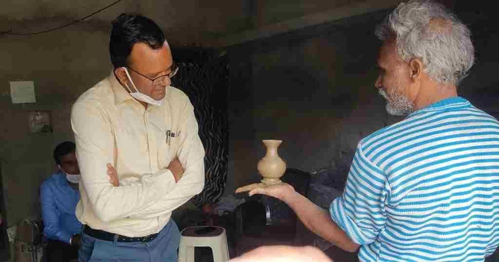 माटी कलाकृति के लिए प्रसिद्ध ग्राम पंचधार का कलेक्टर एवं सीईओ ने किया निरीक्षण