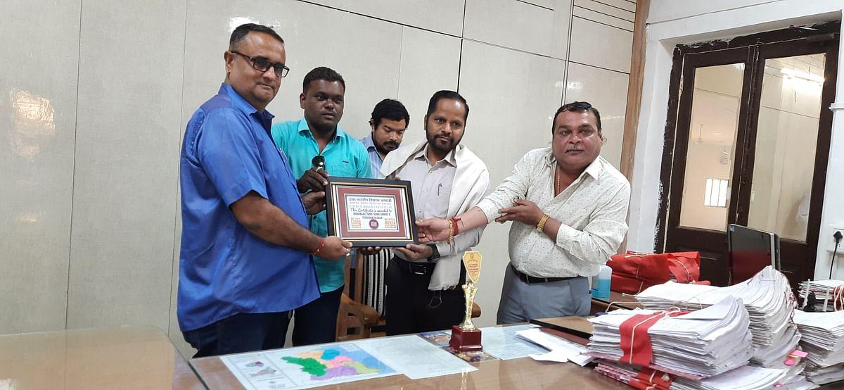 मानवता की सेवा करने वाले कोरोना योद्धा तहसीलदार सुनील शिंदे को किया गया सम्मानित