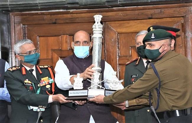 (अपडेट) रक्षा मंत्री ने दीं गणतंत्र दिवस परेड के सर्वश्रेष्ठ मार्चिंग दस्तों को ट्रॉफी