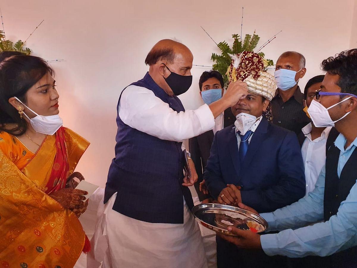 रक्षामंत्री राजनाथ ने निभाया अभिभावक का धर्म, गोद लिये बेटे की शादी में हुए शामिल