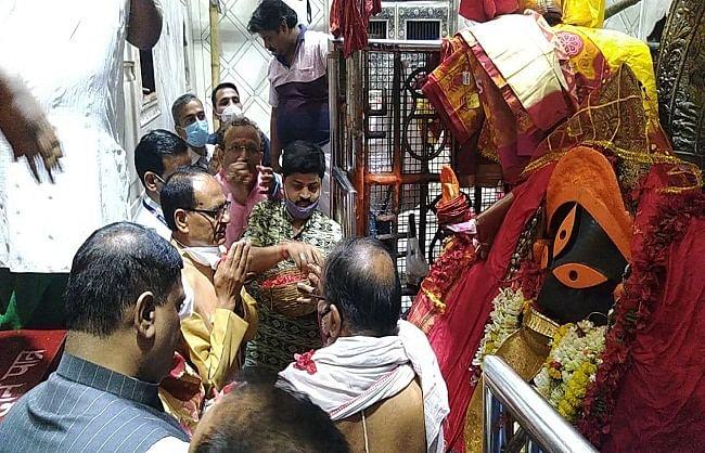 कोलकाता पहुंचे शिवराज ने कालीघाट में की पूजा अर्चना,  कहा दीदी की विदाई तय