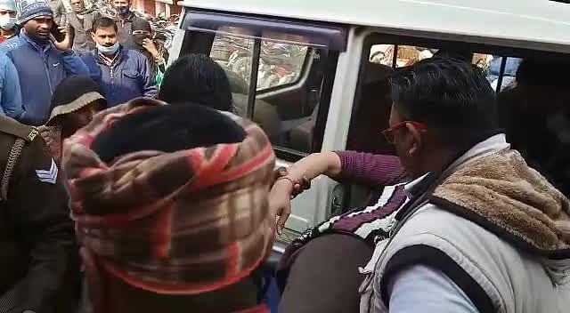 पाईप बिछाने के विवाद को लेकर चली गोली, बीए की छात्रा घायल