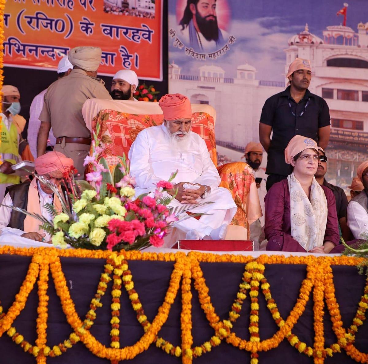 प्रियंका गांधी ने संत रविदास की प्रतिमा के सामने टेका मत्था, संतों से लिया आर्शिवाद