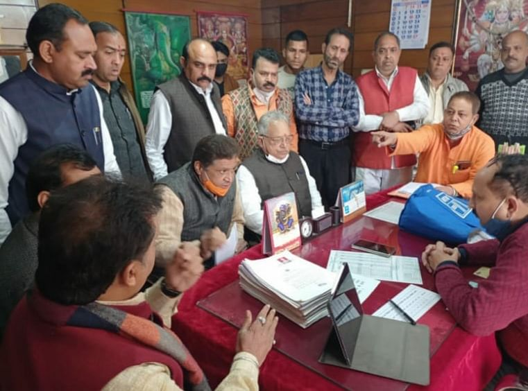 bjp-workers-encircle-the-deputy-registrar-when-the-temple-is-erected