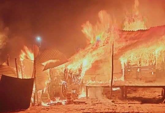 कबूतर मंडी के समीप लगी आग, कई दुकानें जली, एक युवक भी झुलसा