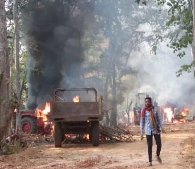 दंतेवाड़ा : नक्सलियों ने सड़क निर्माण में लगे आठ वाहनों को किया आग के हवाले