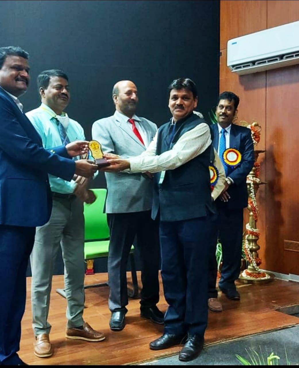 दुर्ग : कामधेनू विश्वविद्यालय दुर्ग के पुस्तकालय अध्यक्ष डॉ दिलीप चौधरी को अंतरराष्ट्रीय सम्मेलन में मिला बेस्ट लाइब्रेरियन का अवार्ड