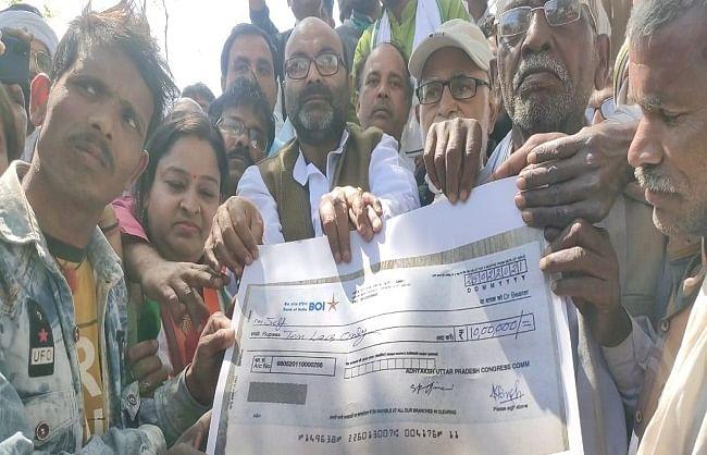 प्रयागराज : कांग्रेस अध्यक्ष अजय कुमार लल्लू पहुंचे बंसवार, उत्पीड़न के शिकार लोगों को सौंपा 10 लाख का चेक