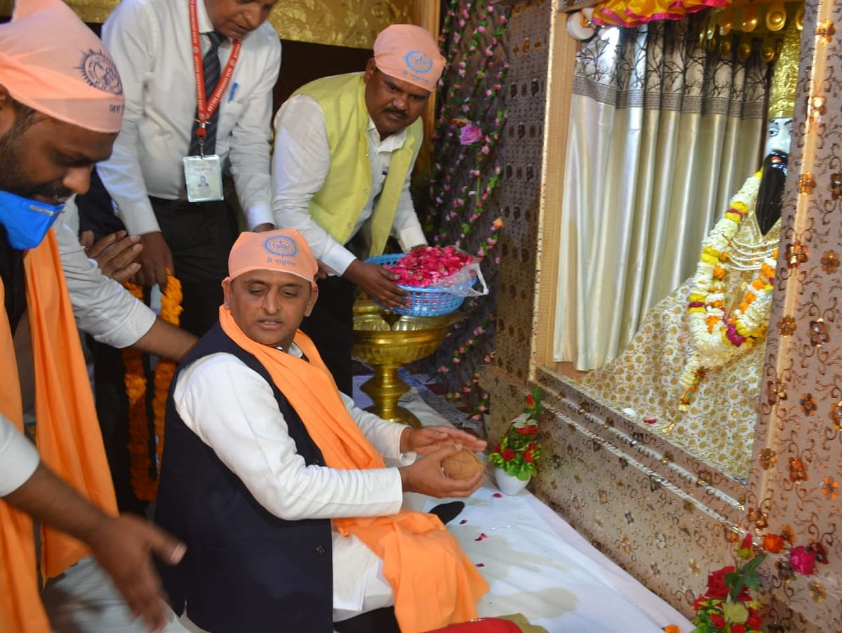 former-chief-minister-akhilesh-yadav-attended-the-rate-of-sant-ravidas