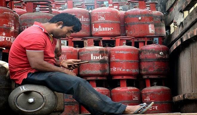 रसोई गैस सिलेंडर 25 रुपये और महंगा हुआ, इस महीने तीसरी बार बढ़े LPG के दाम