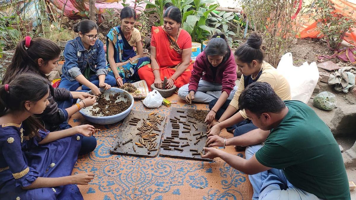 आत्मनिर्भर भारत अभियान के अंतर्गत युवतियों-महिलाओं को दिया गया रोजगार का प्रशिक्षण