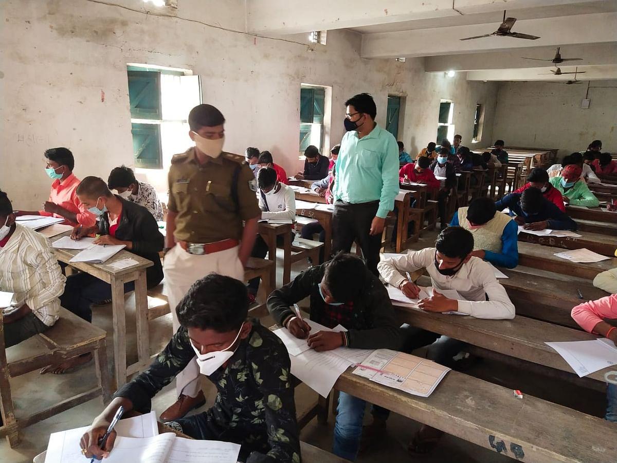 मैट्रिक परीक्षा : डीएम एवं एसपी ने लिया परीक्षा केंद्रों का जायजा