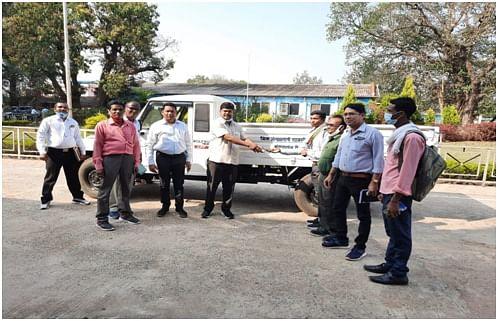 कोण्डागांव:प्रहलाद को जिला पंचायत अध्यक्ष ने सौंपी गुड्स कैरियर वाहन की चाबी