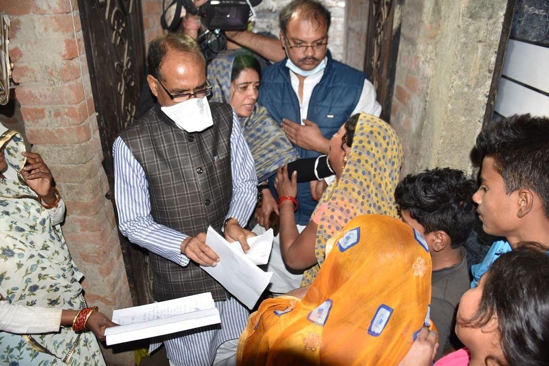 सीधी बस दुर्घटना : मुख्यमंत्री पहुंचे पीड़ितों के बीच, मृतकों के परिजनों को दी 7-7 लाख की सहायता