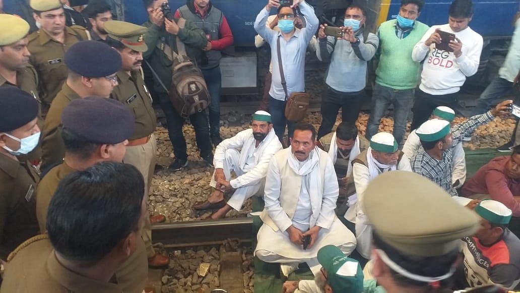 कृषि कानूनों के विरोध में किसानों ने डाला रेलवे ट्रैक पर डेरा