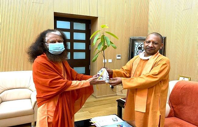 मुख्यमंत्री योगी से स्वामी चिदानन्द सरस्वती ने की भेंट, कुम्भ मेला हरिद्वार में किया आमंत्रित