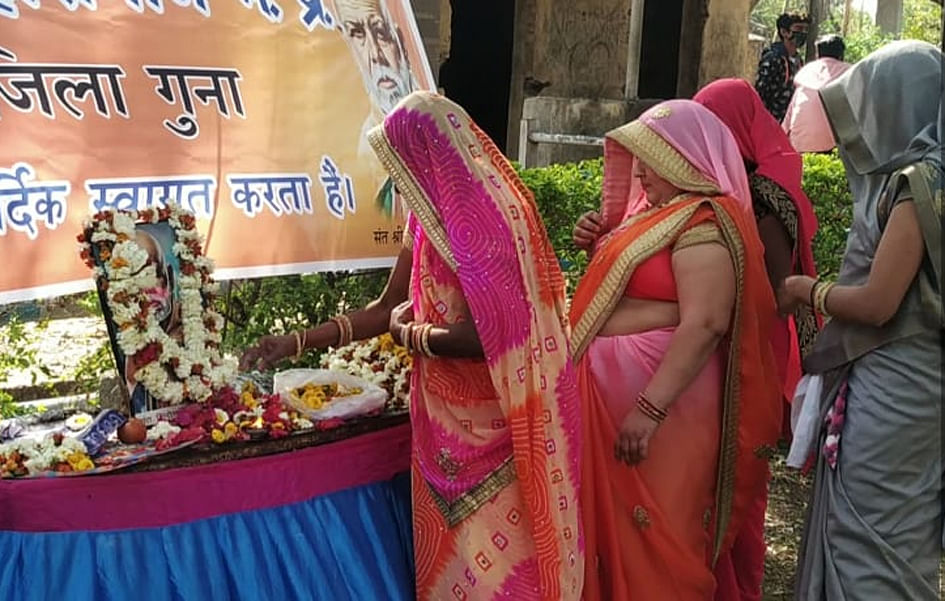 15-social-workers-honored-on-sant-shri-gadge-jayanti