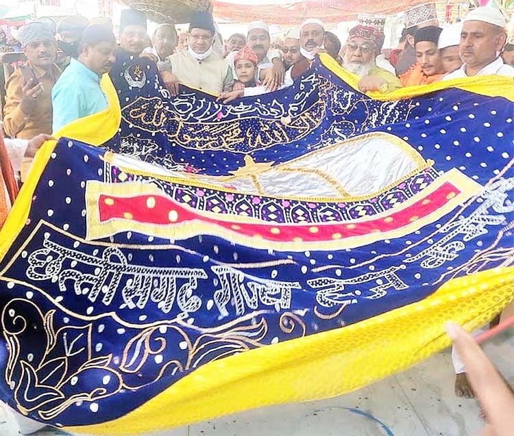 हज कमेटी ने अजमेर दरगाह में चादर चढ़ाकर राज्य की खुशहाली की मांगी दुआ