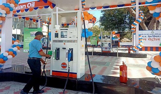 पेट्रोल और डीजल की कीमतों में लगातार दूसरे दिन बढ़ोतरी, जानें कितनी है कीमत
