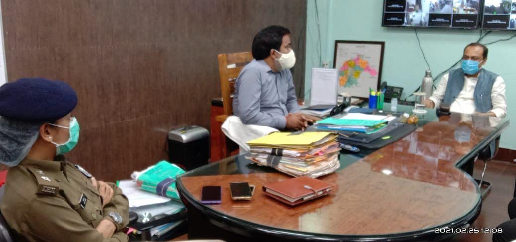 सांसद विवेक ठाकुर ने डीएम से मिल की नवादा के विकास व बुनकरों के उत्थान की चर्चा