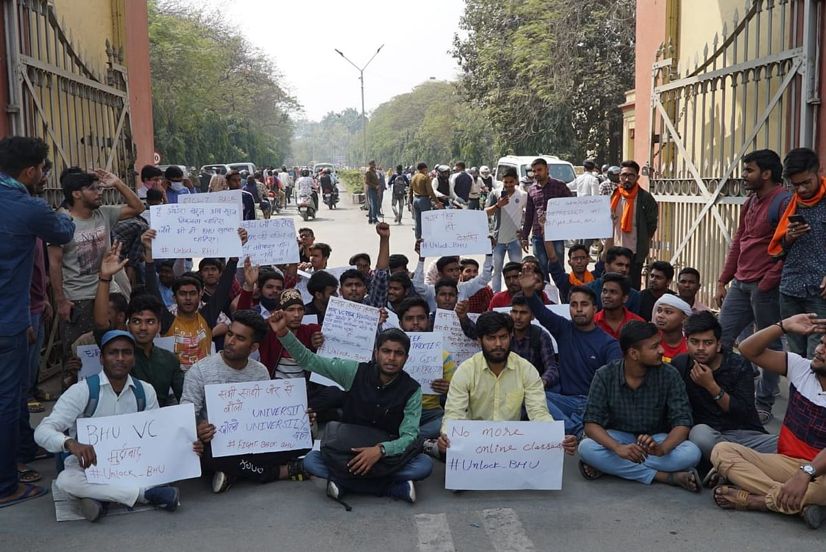 students-protest-against-the-demand-to-open-bhu-campus-completely