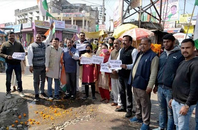 सड़क निर्माण की गुणवत्ता पर कांग्रेस कार्यकर्ताओं ने किया प्रदर्शन