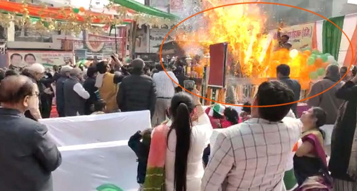 rohtak-nitrogen-balloon-bursts-in-flag-hoisting-program-of-85-feet-high-tricolor-scorched-people-including-mp