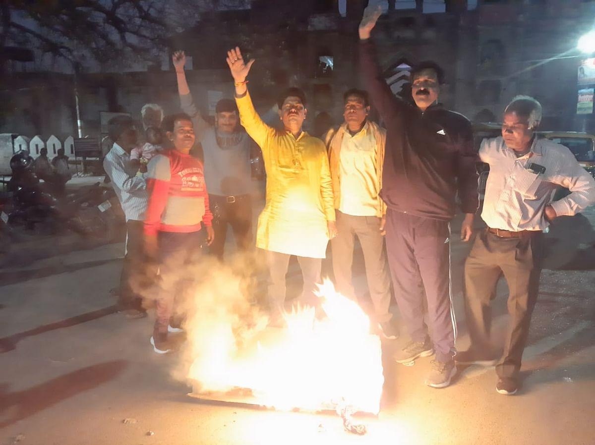 भाजपा कार्यकर्ताओं ने ममता बनर्जी का पुतला फूंका