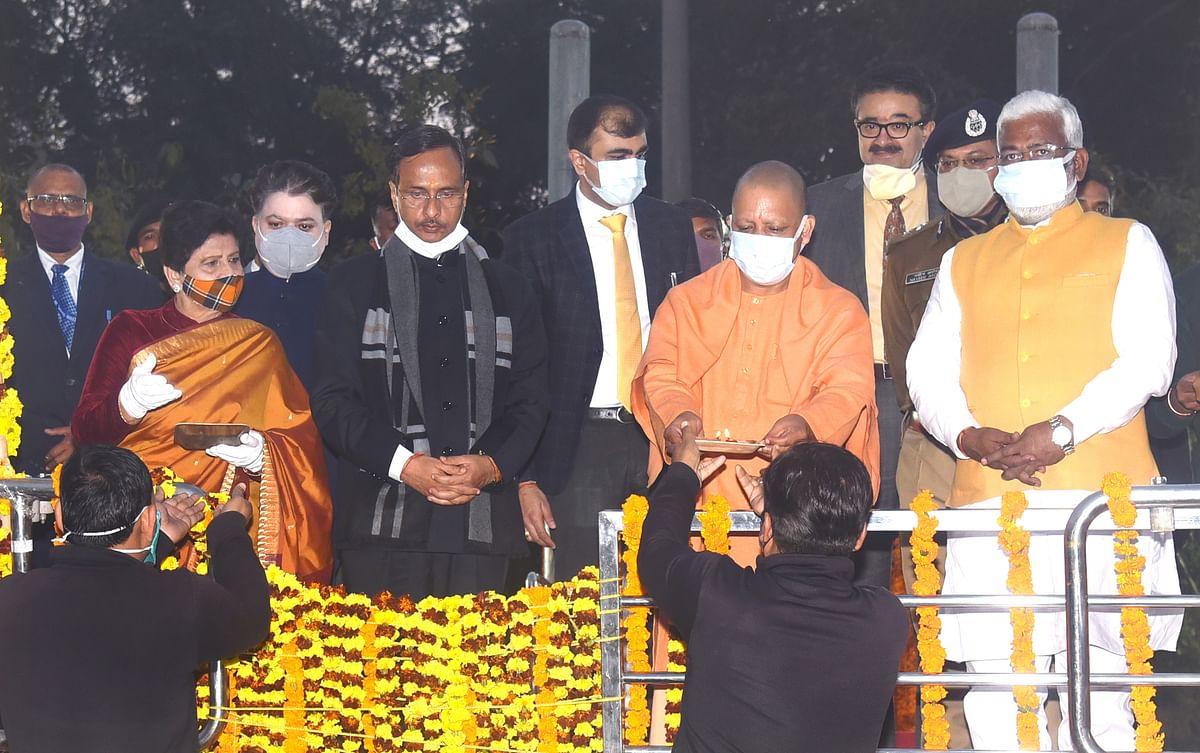 मुख्यमंत्री योगी ने शहीद स्मारक पर पुष्पचक्र चढ़ाकर श्रद्धासुमन किए अर्पित, गोमती तट पर किया दीपदान