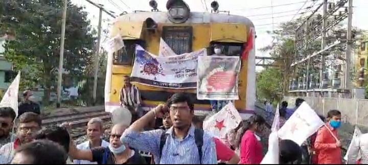 श्रीरामपुर में रोकी गई रेल, यात्री रहे परेशान