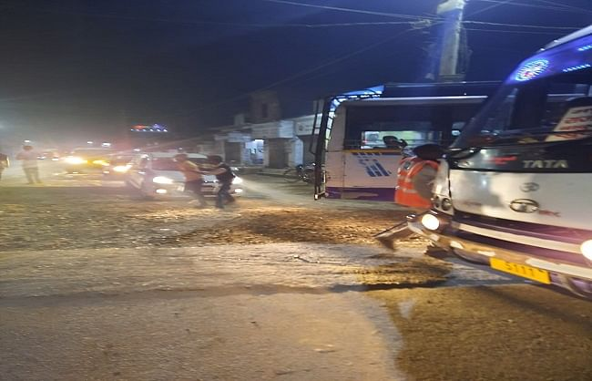 बिना मास्क व हेलमेट वाले ट्रैफिक पुलिस बजा रहे ड्यूटी,आम लोगों से वसूला जा रहा हजार रुपया