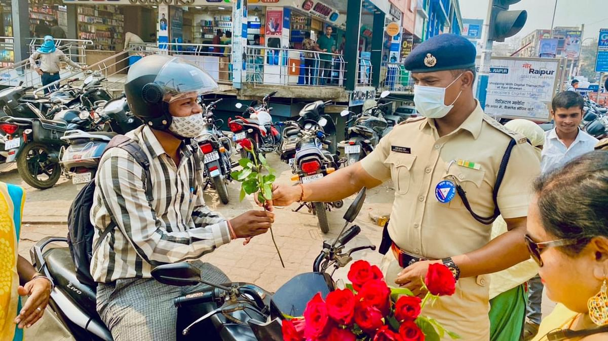 रायपुर- राष्ट्रीय सड़क सुरक्षा माह : रविशंकर शुक्ल विश्वविद्यालय सभाकक्ष में यातायात जन जागरूकता कार्यक्रम
