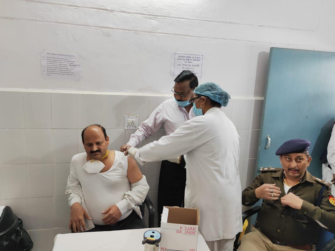 कोरोना के टीके लगवाने के बाद डीएम, एसपी ने वैक्सीनेशन का किया निरीक्षण