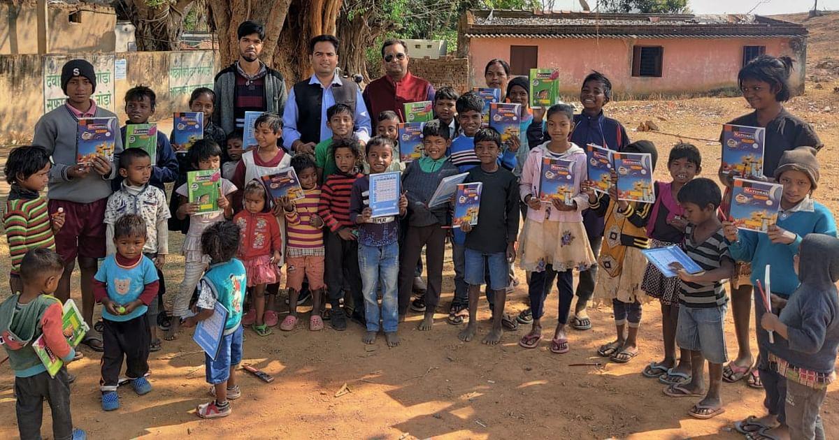 गरीब और जरूरतमंद बच्चों के बीच शिक्षण सामग्री का वितरण