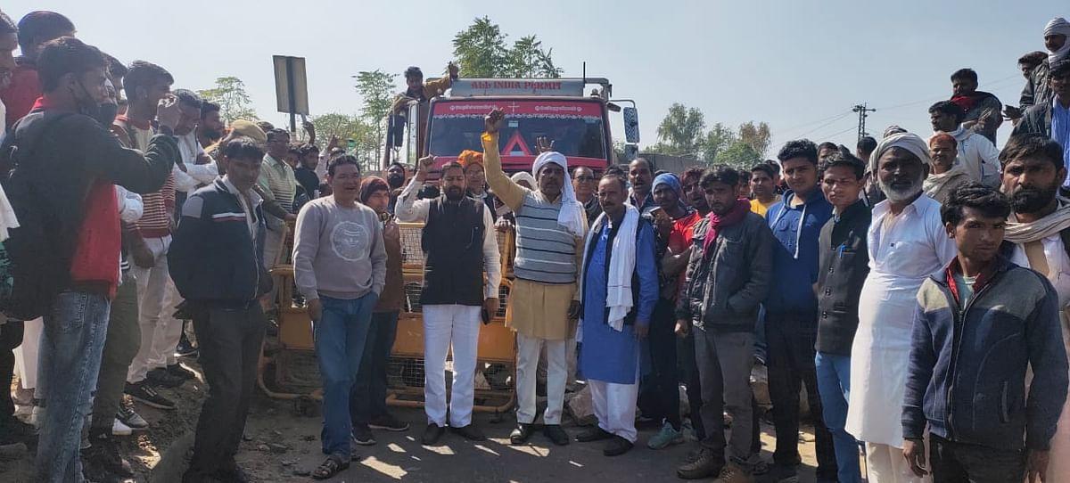 अलवर में टोल प्लाजा सहित एक दर्जन स्थानों पर किसानों ने किया चक्काजाम