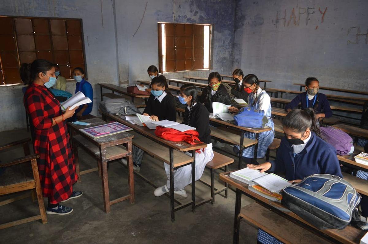 वाराणसी : 11 माह बाद खुले उच्च प्राइमरी स्कूल, विद्यालय परिसरों का सन्नाटा टूटा