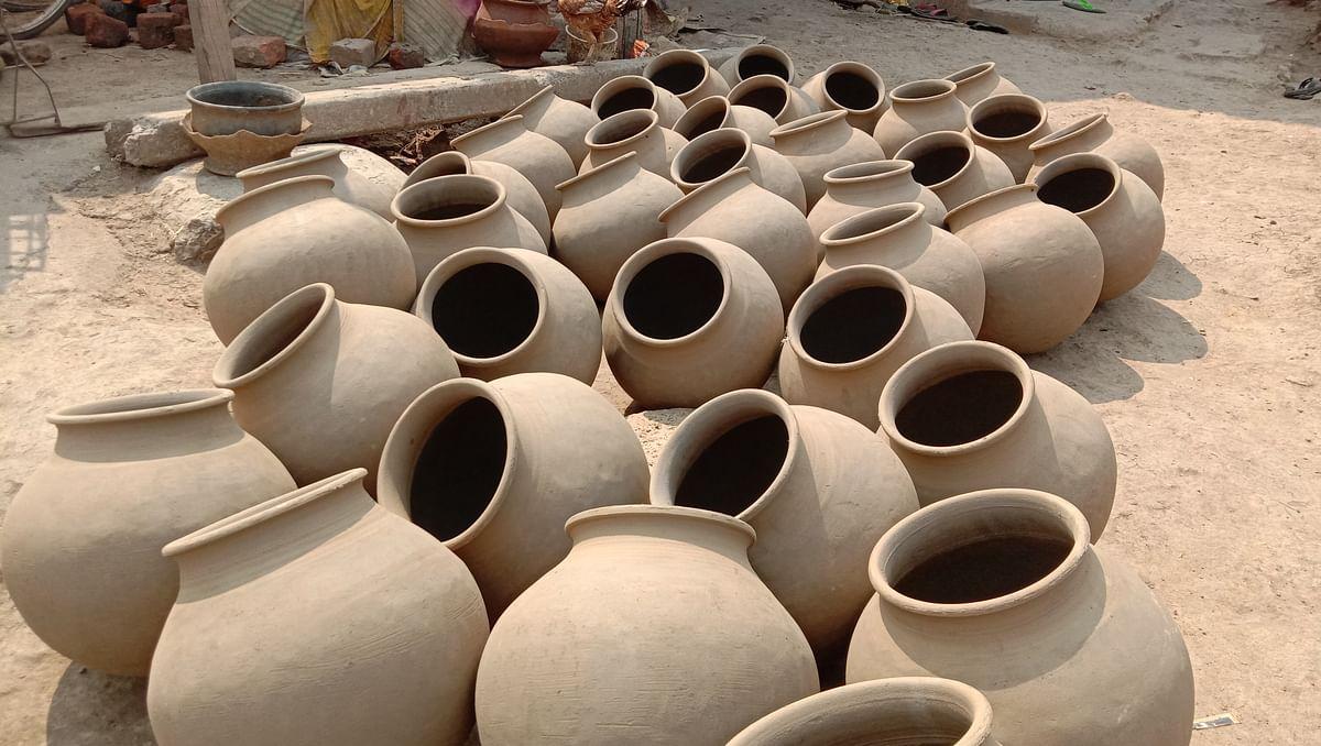 धमतरी : गर्मी को लेकर बड़े पैमाने पर तैयार किए जा रहे घड़े मिट्टी के बर्तन व मटका