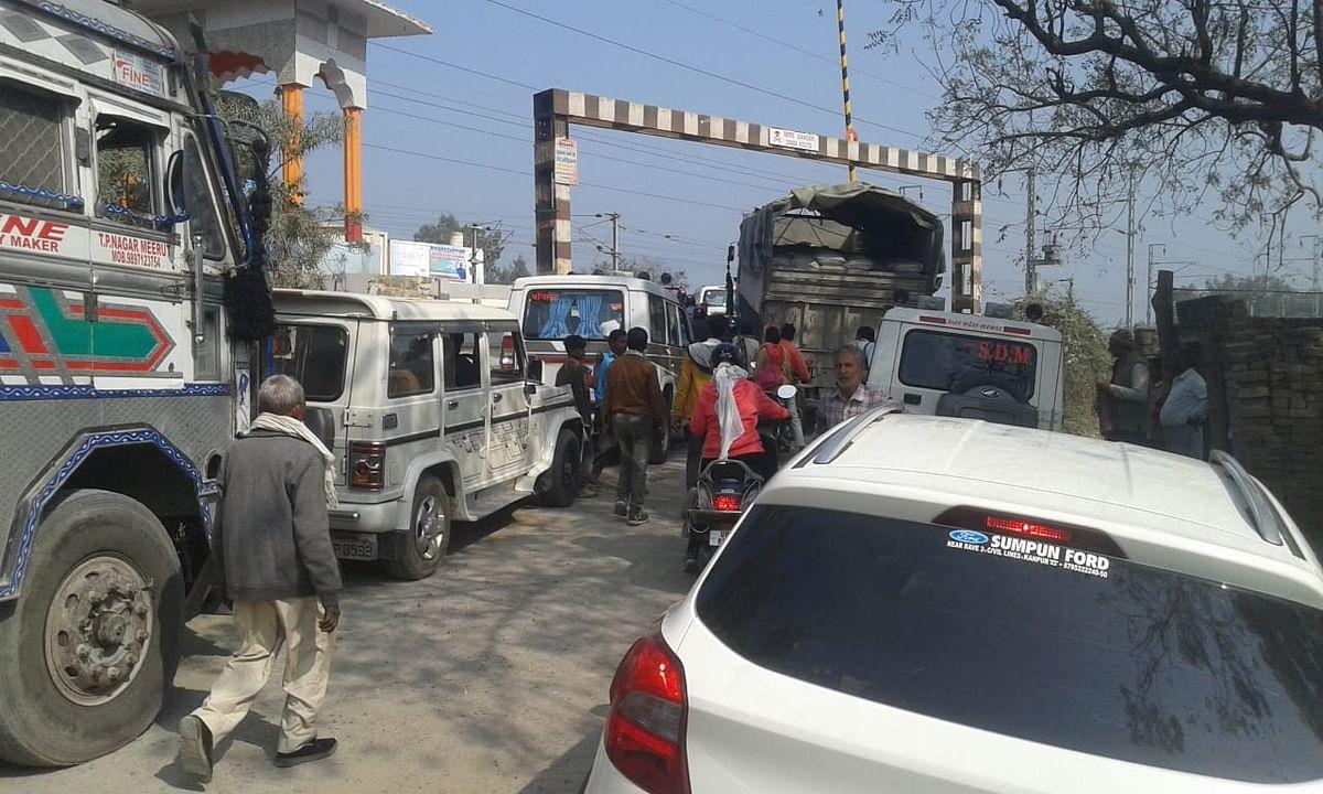 औरैया : तीन घंटे तक जाम में फंसे रहे कानपुर देहात के एडीएम, डेरापुर उपजिलाधिकारी व तहसीलदार